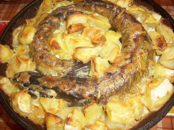 щука в духовке с картошкой и сметаной